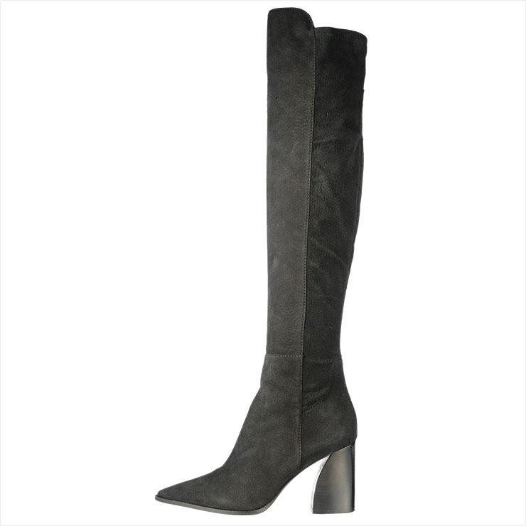 다리 라인을 돋보이게 해주는 사이하이 부츠는 99만원, Premiata by Han Style Shoe.