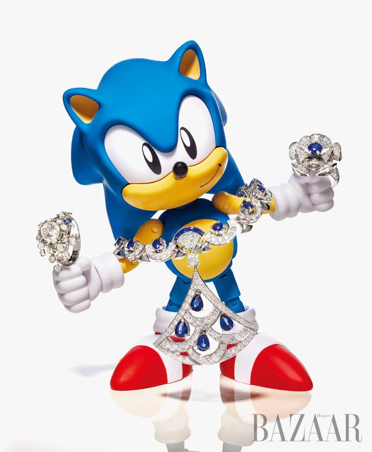 플라워 모티프의 반지, 블루 컬러의 원석이 돋보이는 '디바스 드림' 목걸이, '디바스 드림' 반지는 모두 Bvlgari. '소닉 더 헤지호그' 피겨는 Sega America.