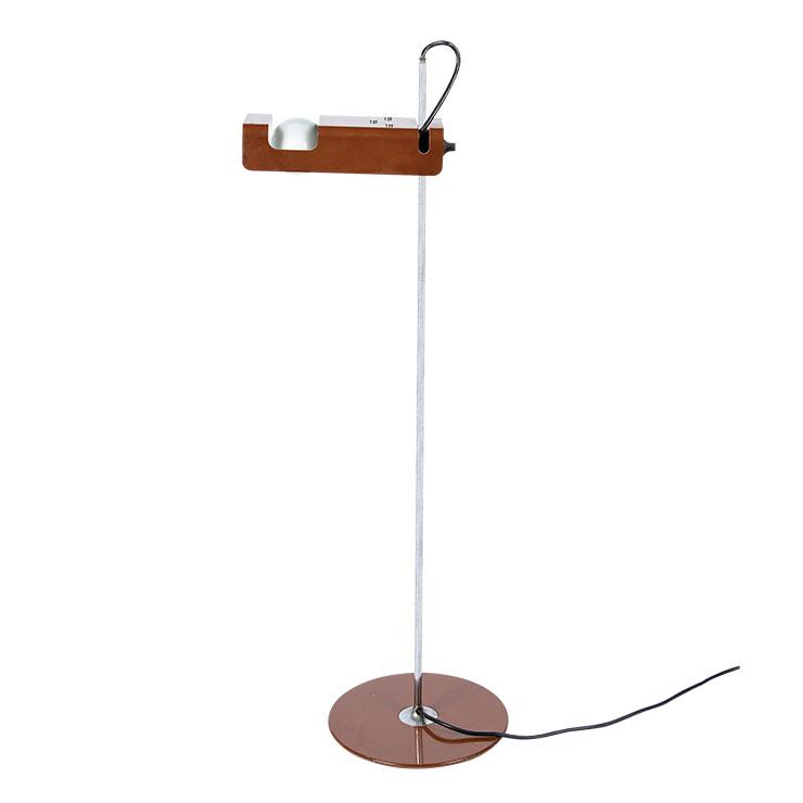 조 콜롬보의 스파이더 램프 회전이 되는 플라스틱 조인트를 사용해 혁신적인 디자인을 보여주는 테이블 램프. 모던하면서도 매끈한 형태와 고급스러운 브라운 컬러로 세련된 분위기를 연출할 수 있다. 1백69만원.