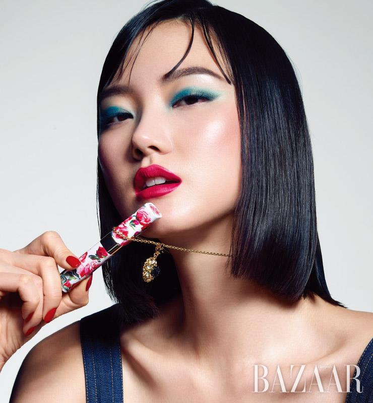 데님 소재 톱, 목걸이는 모두 Dolce&Gabbana.