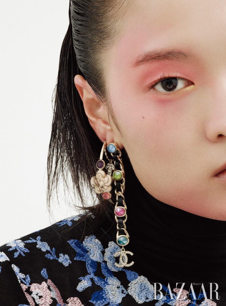 후프 귀고리, 체인 귀고리는 모두 가격 미정 Chanel. 터틀넥 니트는 3백10만원 Giambattista Valli by Mue.