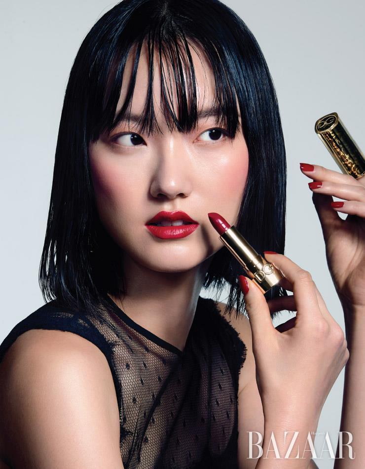 시스루 미니 드레스는 Dolce&Gabbana.