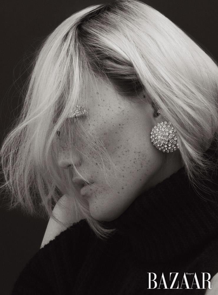 귀고리는 43만원 Alessandra Rich by BOONTHESHOP. 이어커프는 27만5천원 Portrait Report by Mue. 백리스 터틀넥 스웨터는 1백33만원 Maison Martin Margiela by My Boon.