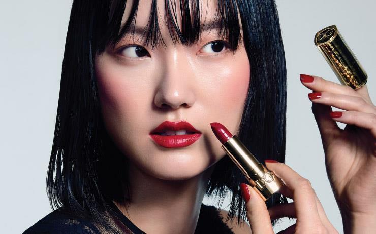 뉴욕으로 떠난 지 3년. 한국인 최초로 돌체앤가바나 뷰티의 앰배서더가 되어 돌아온 모델 김주현(Joony Kim). 그녀가 <바자>와 함께 상징적인 이탤리언 브랜드의 뷰파인더 앞에 섰다.