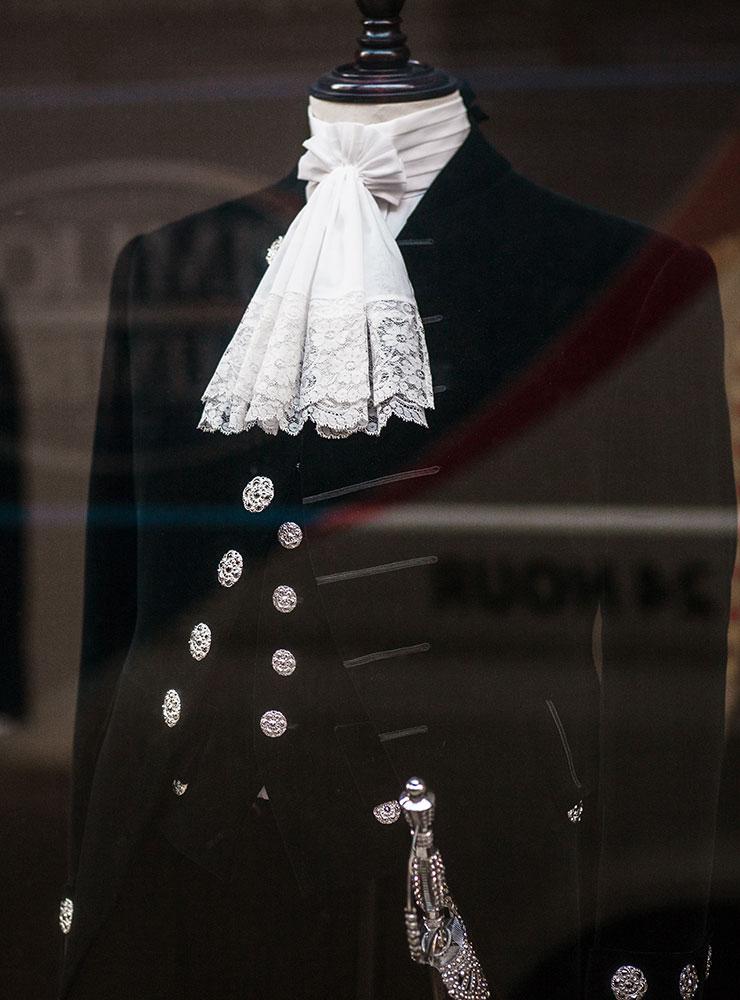 군복에서 기인한 브리티시 슈트의 요소들은 다양한 형태의 옷에서 공통된 영국적인 가치를 지킨다.