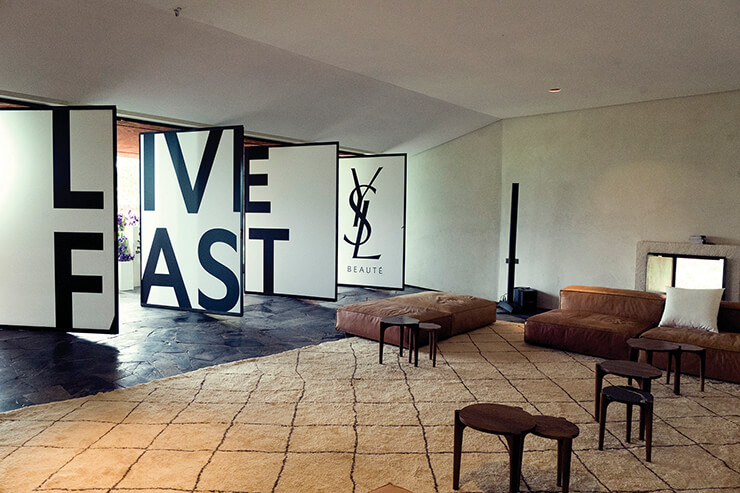 우리카 협곡의 빌라 E에서 진행된 퓨어샷 프레젠테이션 현장. 이브 생 로랑 뮤지엄을 디자인한 젊은 프랑스 건축가 듀오, 카를 푸르니에와 올리비에 마르티의 '스튜디오 KO'가 디자인했다.