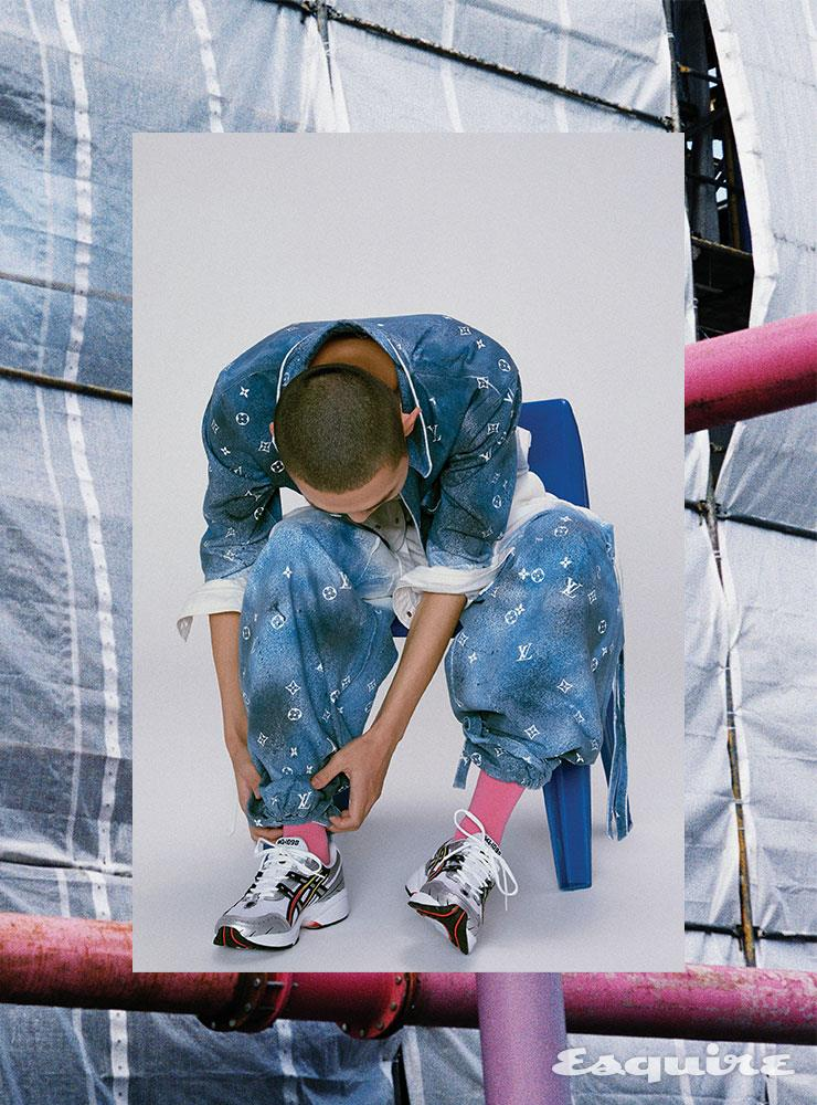 모노그램 프린트 데님 셔츠, 팬츠 모두 가격 미정 루이 비통. 스니커즈 9만9000원 아식스. 핑크 삭스 에디터 소장품.