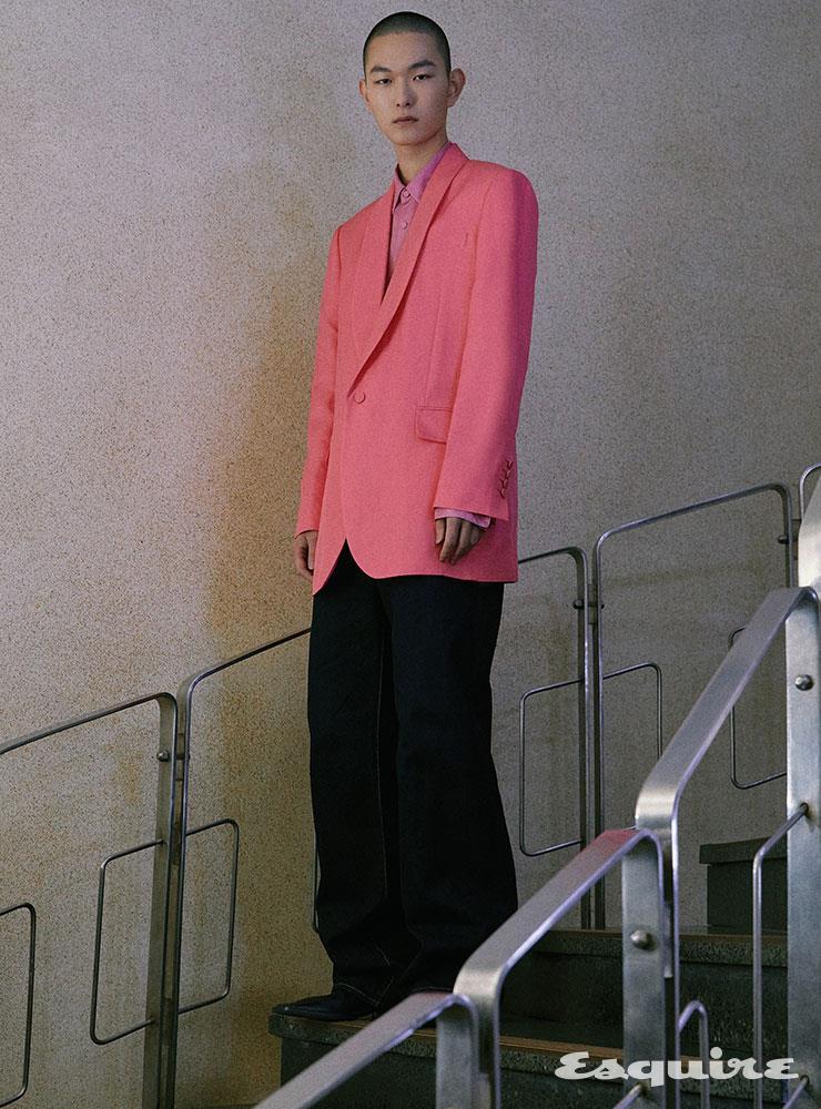 핑크 턱시도 재킷 198만원, 셔츠 69만8000원 모두 김서룡. 데님 팬츠 93만원 요지 야마모토. 더비 슈즈 가격 미정 발렌시아가.