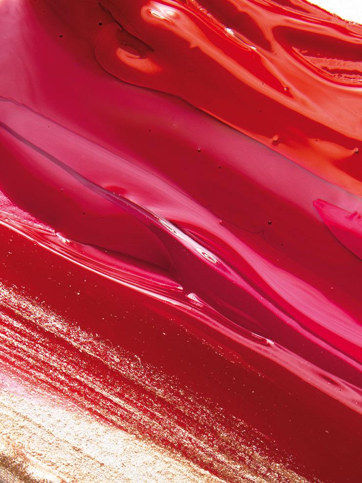 (위부터) 입술 온도에 반응해 자연스럽게 컬러를 물들이는 디올 어딕트 립 글로우 오일, 004 코랄, 가격 미정, Dior. 촉촉하고 투명한 시스루 레드 컬러의 래디언트 립글로스, 103 레전드 레드, 4만5천원대, Clé De Peau Beauté. 크림처럼 부드럽게 발리고 타고난 듯한 볼륨 입술을 연출해 주는 스파이시 누드 글로스, 422 란제리, 3만5천원대, Hera. 끈적임 없이 강력한 광택을 자랑하는 페이턴트 페인트 립 라커, 레드 에나멜, 3만4천원대, MAC. 신비로운 빛의 반짝임을 표현한 리퀴드 섀도로 손가락으로 블렌딩해 원하는 부위에 얇게 펴 바르면 화려함을 한 단계 끌어올려주는 옹브르 프리미에르 라끄, 22 레이온, 4만7천원, Chanel.
