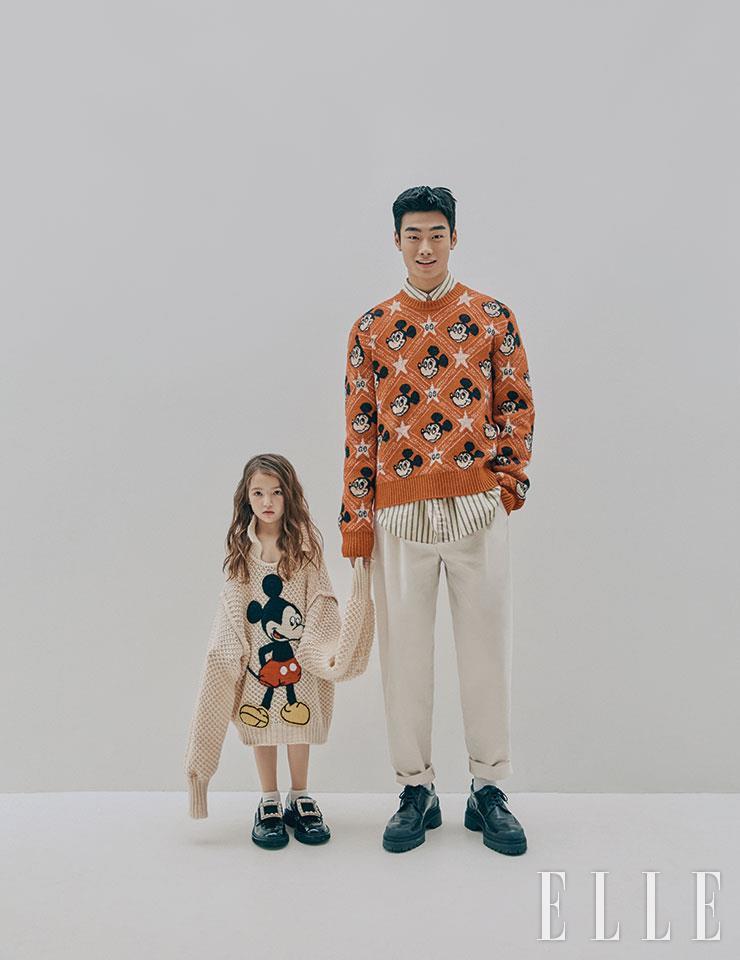 단비가 입은 와플 니트는 2백70만원, Gucci. 주얼 장식의 로퍼는 2백14만원, Roger Vivier. 양말은 에디터 소장품. 지섭이 입은 미키마우스 패턴의 니트는 1백78만원, 레이어드한 스트라이프 셔츠는 가격 미정, 화이트 팬츠는 1백28만원, 모두 Gucci. 레이스업 슈즈는 95만5천원, Tod's.
