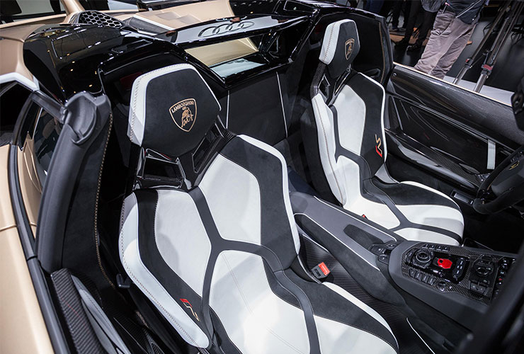 알칸타라는 유수 자동차 브랜드와 협업하고 있다. 람보르기니는 양산형 차량은 물론 경주용 차량에도 알칸타라를 사용한다.