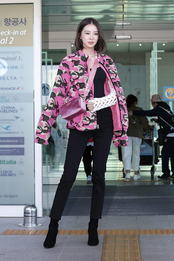 밀리터리 패턴의 재킷을 입은 모델 아이린.
