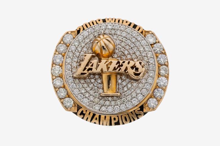 다이아몬드로 뒤 덮인 2009 시즌 레이커스 우승 반지다.