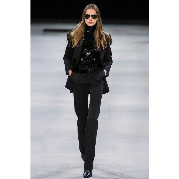 Celine → 에디 슬리먼은 스팽글 터틀넥 스웨터로 글램 시크 룩을 제안했다.