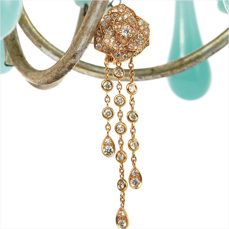 장미에서 물방울이 떨어지는 모습을 형상화한 다이아몬드 세팅 드롭 이어링은 가격 미정, Piaget.