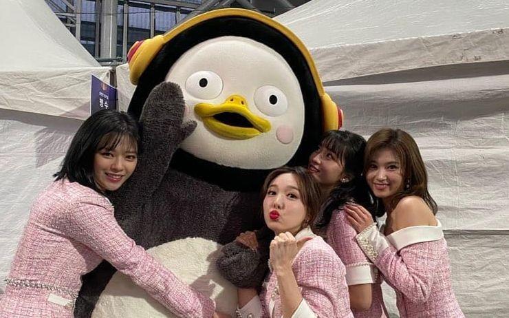 대한민국 최고의 핵인싸, 펭수! 스타들도 펭수와 함께 찍은 사진을 자신의 SNS에 올리며 자랑할 정도러 10살 펭수의 인기는 엄청나요. 나날이 높아지는 넘사벽 인기와 펭수의 스타일을 탐구해보는 시간!