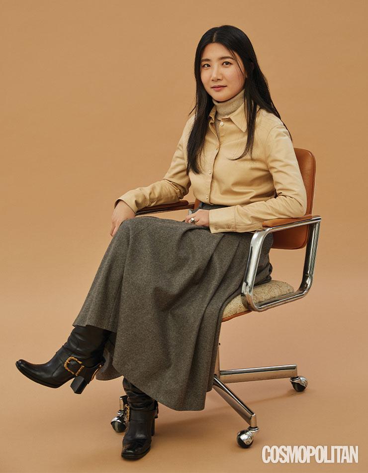 빈티지 가죽 셔츠에 직접 만든 스커트를 입은 김가윤.