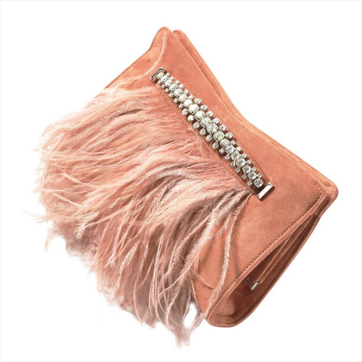 스웨이드 소재의 베이비 핑크 컬러 클러치백은 2백9만원, Jimmy Choo.