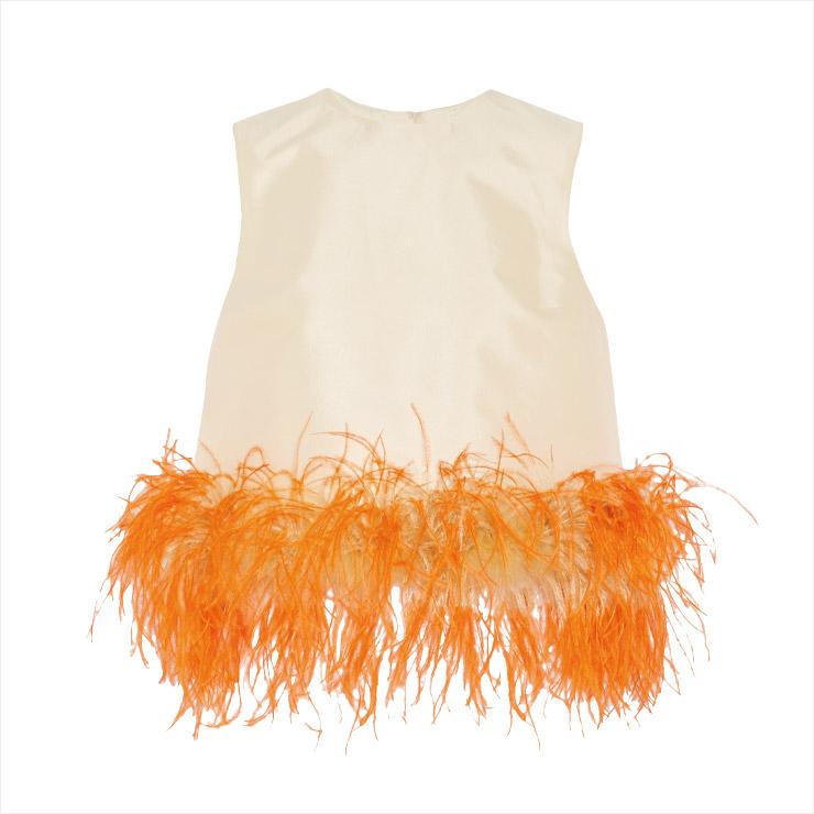 미니멀한 슬리브리스 톱에 오렌지 페더로 럭셔리한 감각을 더한 톱은 1백70만원대, Prada by Net-A-Porter.