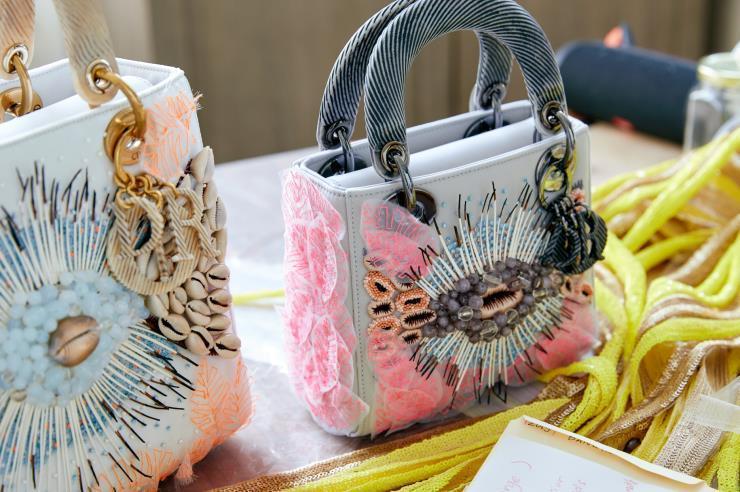 가방도 작품이 될 수 있다? 아티스트가 자신의 방식대로 디자인하는 디올의 아트프로젝트 '디올 레이디 아트(Dior Lady Art #4)'가 벌써 네 번째를 맞았다.