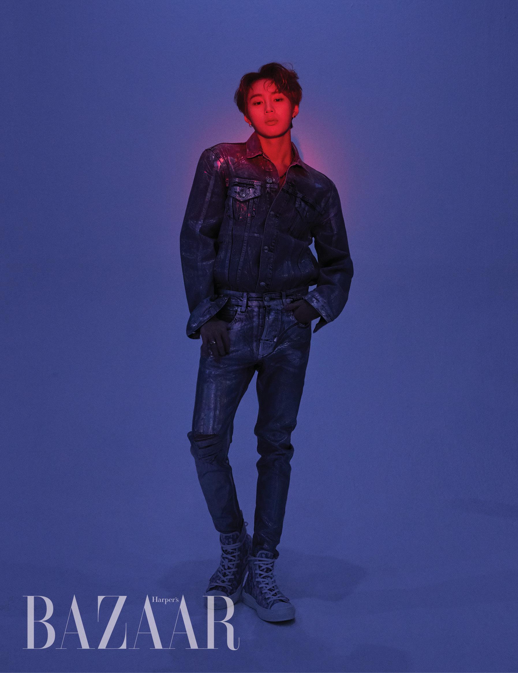 홀로그램 데님 재킷, 데님 팬츠는 Zara. 목걸이는 Rockingag. 로고 스니커즈는 Dior.