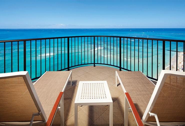 아름다운 와이키키 해변의 전경이 내려다보이는 객실 발코니.