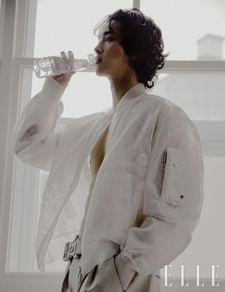 시스루 보머 재킷과 와이드 팬츠는 모두 Dior Men.