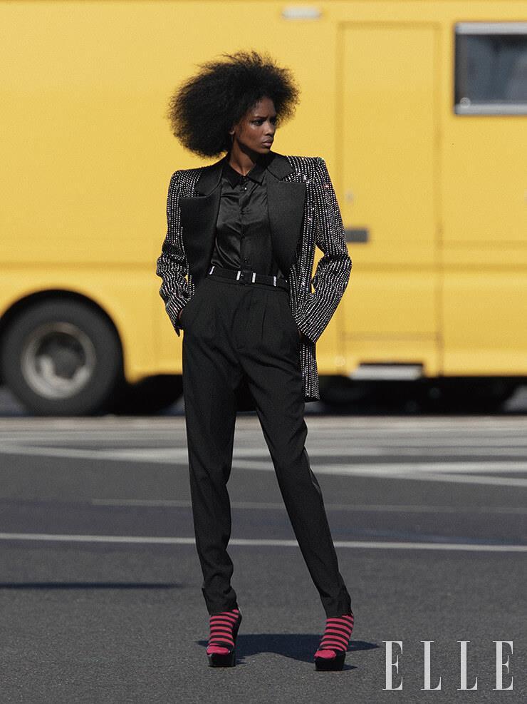 주얼 장식의 턱시도 재킷은 10만400파운드, 블랙 셔츠는 595파운드, 팬츠는 685파운드, 벨트는 1000파운드, 모두 Saint Laurent by Anthony Vaccarello.