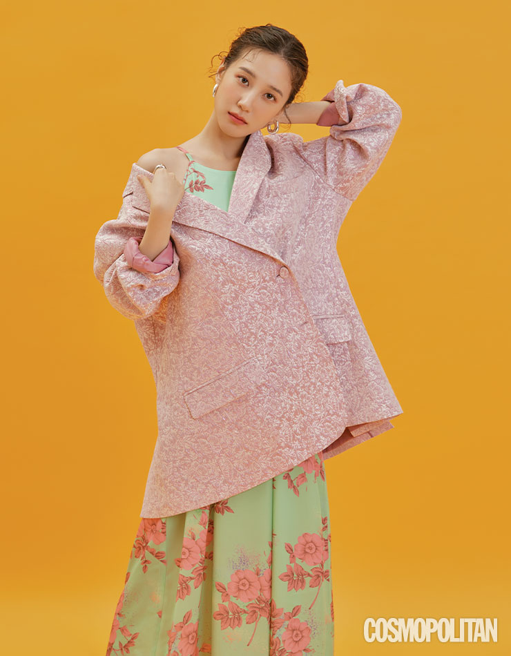 재킷 47만8천원, 드레스 19만8천원 모두 더센토르. 귀고리, 반지 스타일리스트 소장품.