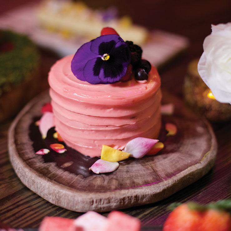 Vanderpump Cocktail Garden → 장미 향 스펀지케이크에 딸기 버터 크림을 바른 '로즈 케이크'를 칵테일에 곁들이자. 어디에도 없는 독창적인 맛이 이 밤을 해피 엔딩으로.