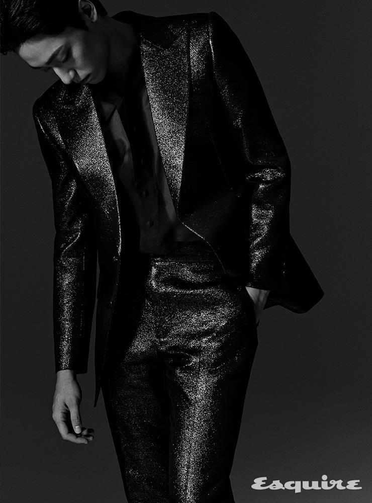 재킷, 셔츠, 팬츠 모두 김서룡.