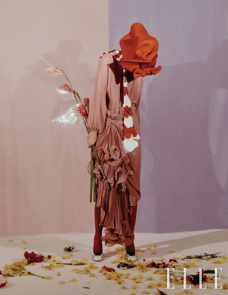 드라마틱한 주름 장식의 드레스는 8백90만원, 슬링백은 1백20만원, 모두 Gucci. 니트 머플러는 가격 미정, Prada. 리본 장식의 햇은 가격 미정, Miu Miu.