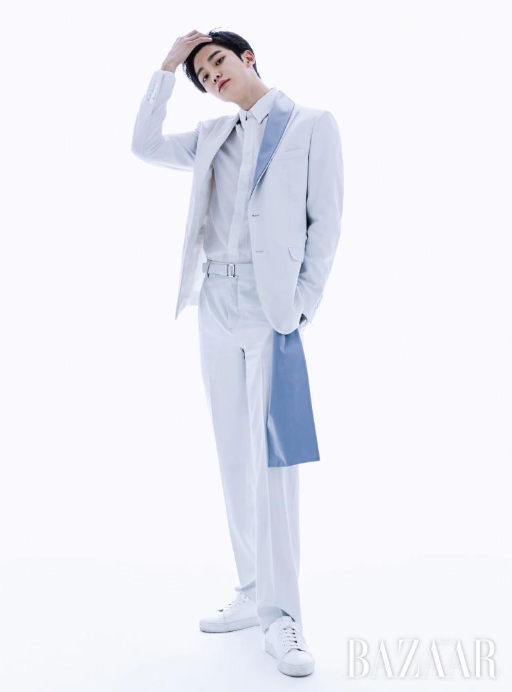 로운이 입은 재킷, 셔츠, 팬츠는 모두 Dior Men. 슈즈는 스타일리스트 소장품.