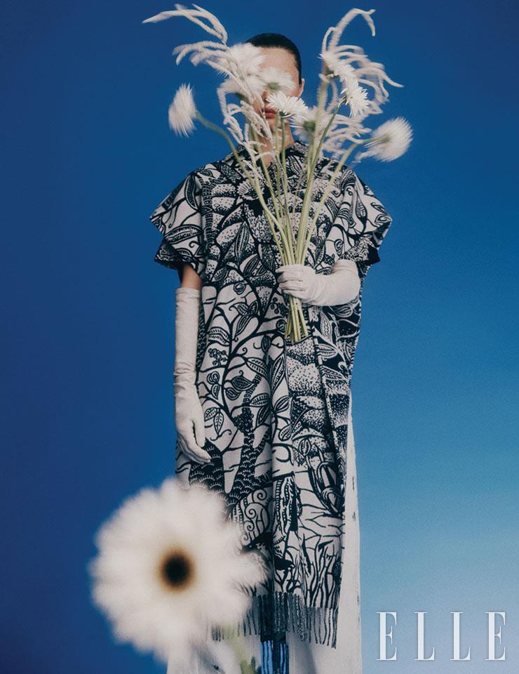 프린지 장식의 롱 케이프와 워싱 데님 팬츠는 가격 미정, 모두 Dior. 레더 롱 글러브는 85만원, Gucci.