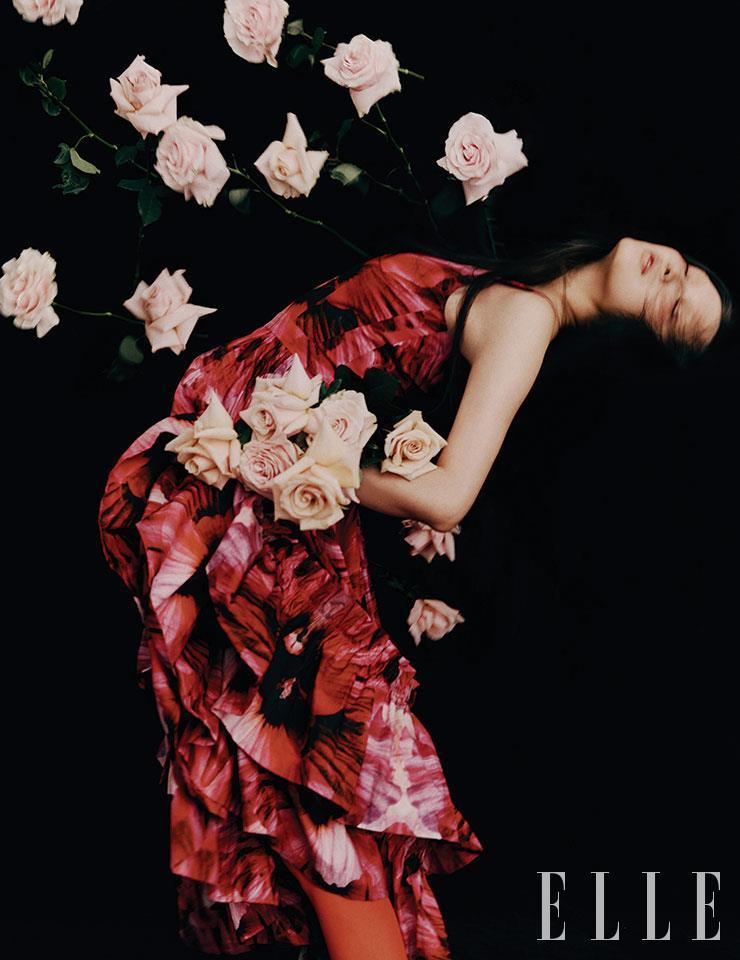 로맨틱한 플라워 프린트 드레스는 가격 미정, Alexander McQueen.