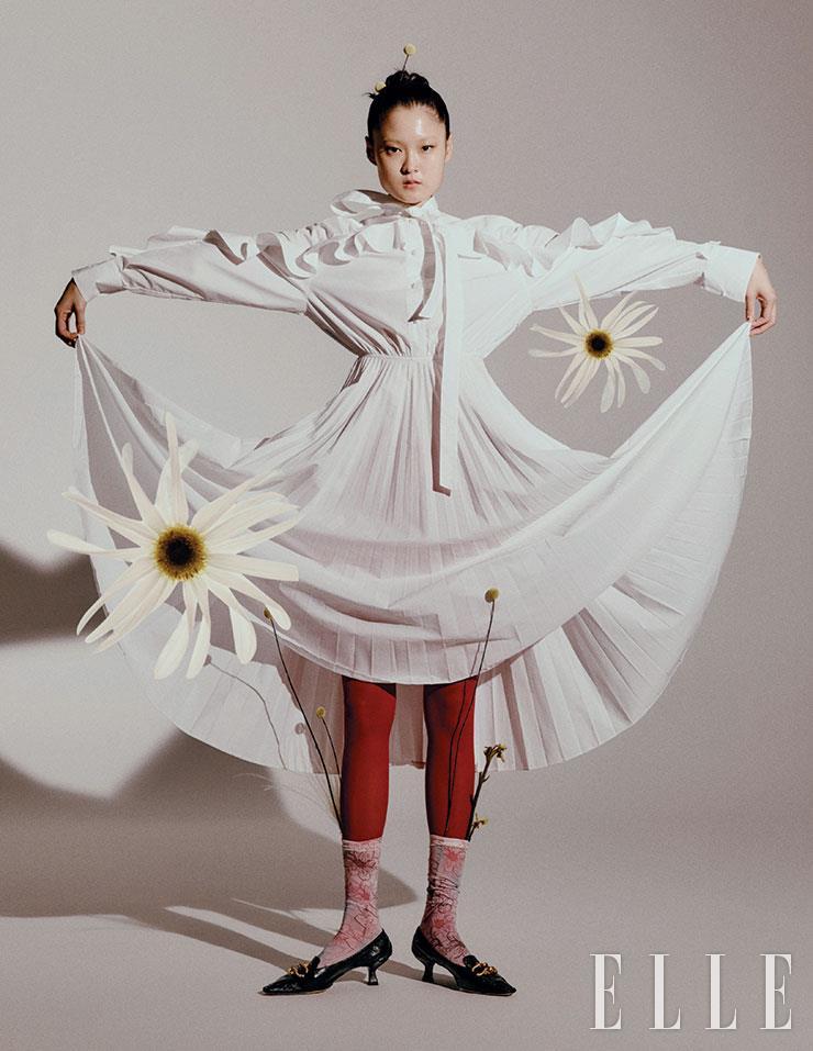 리본 매듭 장식의 플리츠 드레스는 3백49만원, Valentino. 키튼 힐은 가격 미정, Bottega Veneta.