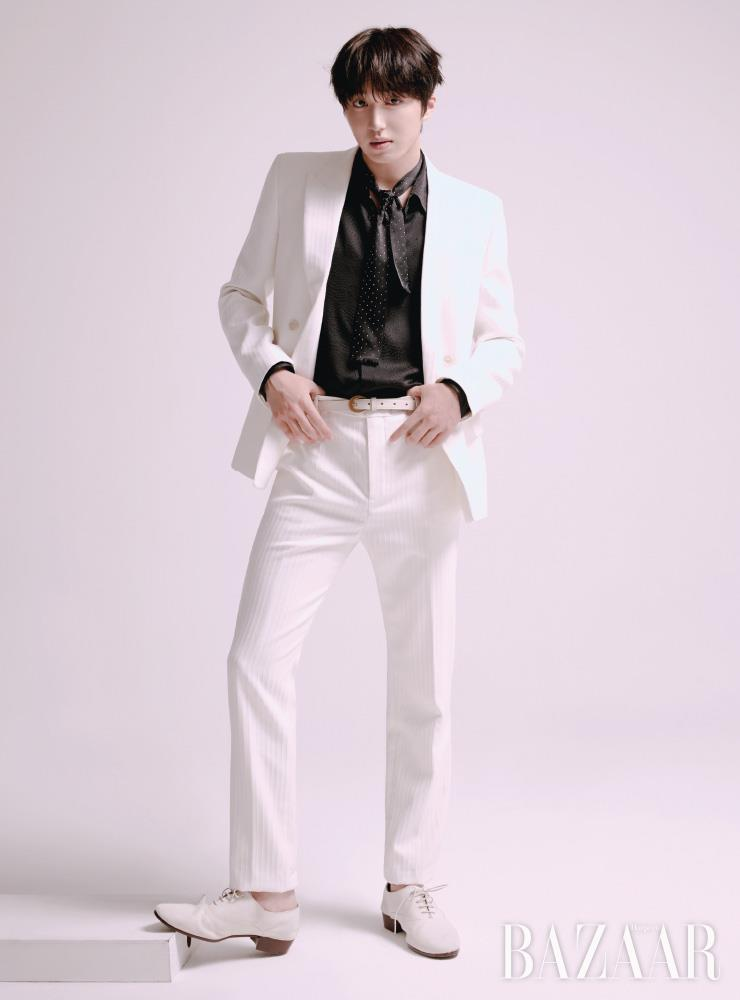찬희가 입은 재킷, 셔츠, 팬츠, 스카프, 벨트, 슈즈는 모두 Saint Laurent by Anthony Vaccarello.