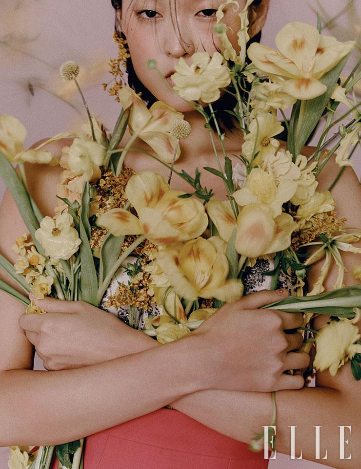 베이비 핑크 뷔스티에와 풍성한 볼륨감의 미니스커트는 가격 미정, 모두 Louis Vuitton.