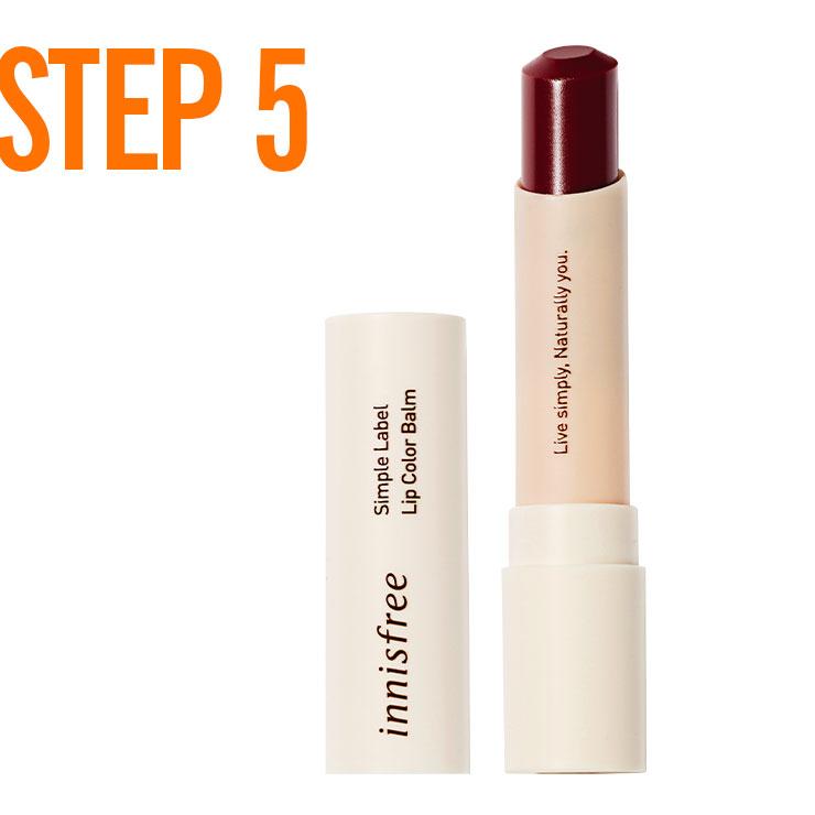 STEP 5 → 입술 색을 좀 더 진하게 강조하고 싶다면 버건디 립스틱을 입술에 톡톡 바른 뒤 그 위에 투명 글로스를 덧발라 시럽을 코팅한 듯한 입술 메이크업을 완성한다.