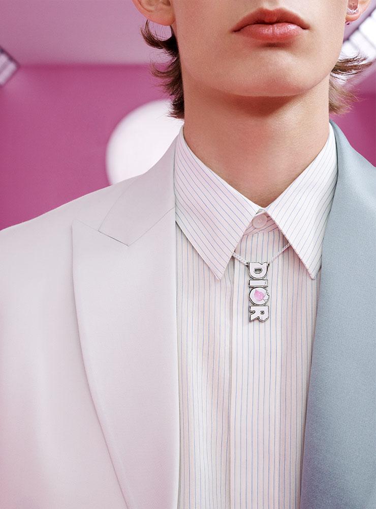 탈착 가능한 라펠이 특징인 울 트윌 재킷, 화이트&블루 스트라이프 셔츠, 디올&다니엘 아샴 DIOR 로고 목걸이, 디올&다니엘 아샴 귀걸이 모두 디올 맨.
