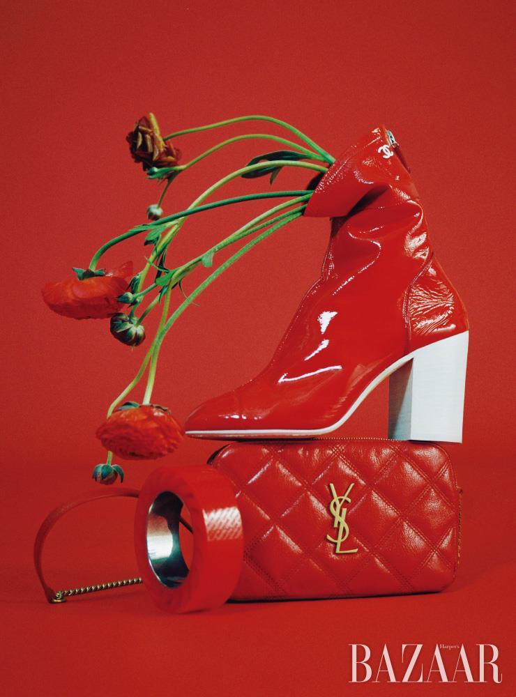 앵클부츠는 Chanel. 체인 백은 Saint Laurent by Anthony Vaccarello. 뱅글은 Balenciaga.