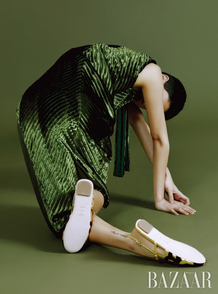 벨벳 슬리브리스 드레스, 샌들은 모두 Prada.