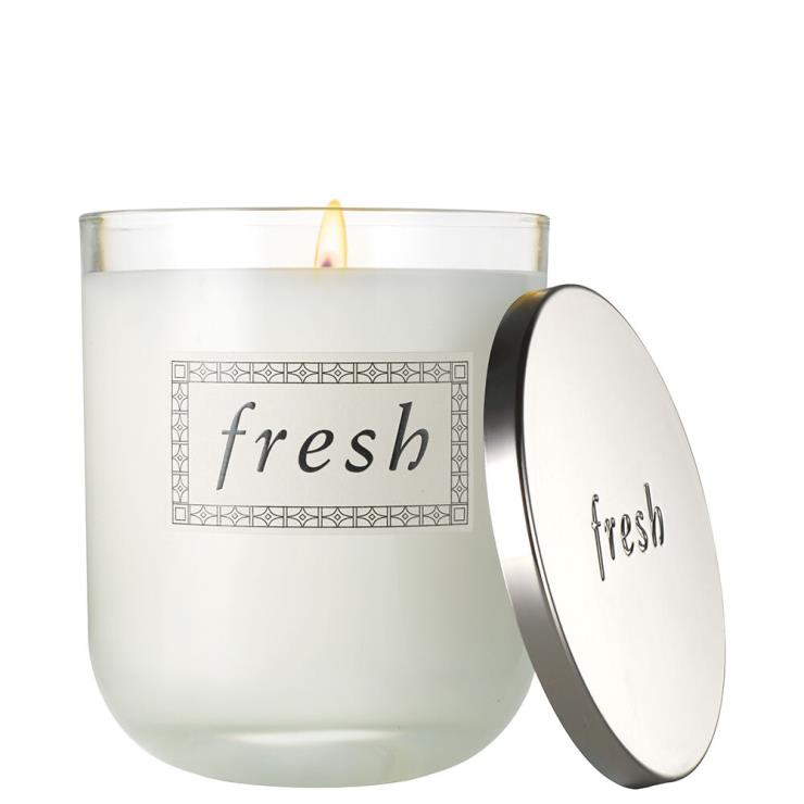 달콤한 복숭아 향과 상큼한 만다린 향이 기분을 상쾌하게 해줄 사케 센티드 캔들은 8만8천원, Fresh.
