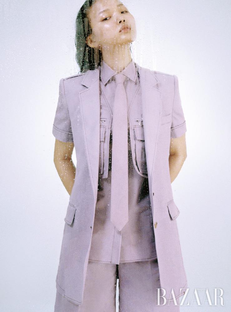 재킷, 셔츠, 버뮤다 팬츠, 넥타이는 모두 MaxMara.