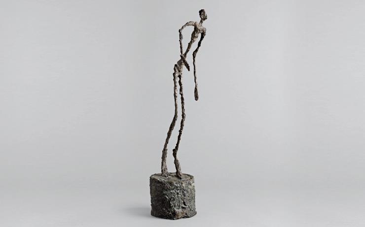 자코메티의 작품이 '인간 실존을 다룬 궁극의 조각'임을 인정하게 된 건, 나로 하여금 색다른 결심을 하게 만들었기 때문이다. 그의 작업은 세상 모든 불완전한 것들을 향한 경배에 다름 아니다.