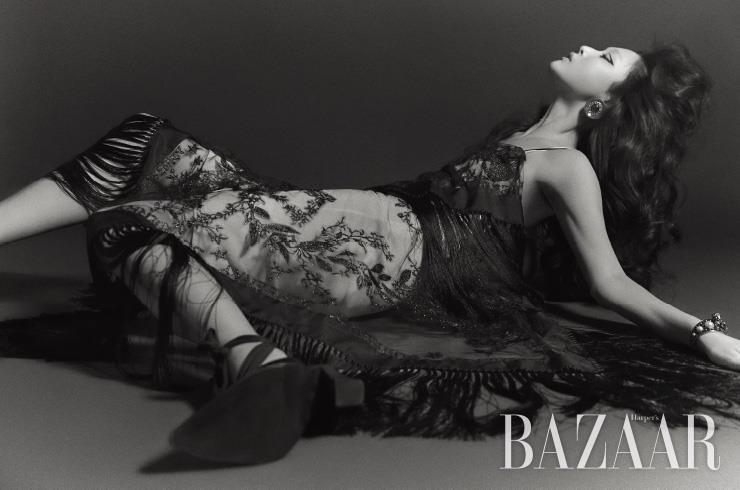 드레스, 스트랩 힐은 모두 Burberry. 귀고리는 Miu Miu. 뱅글은 Dior.