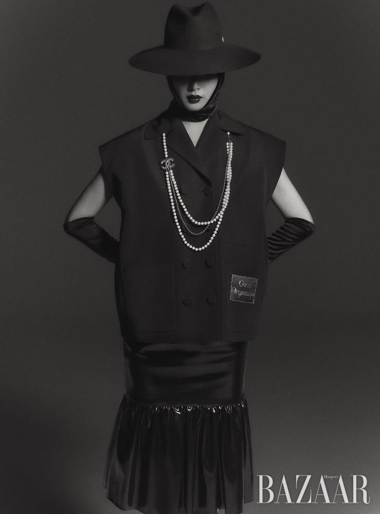 베스트는 2백45만원 Gucci. 스커트는 Miu Miu. 모자는 76만원 Valentino Garavani. 목걸이는 Chanel. 장갑은 에디터 소장품.