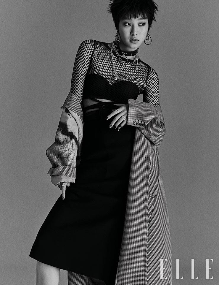 그래피티 패턴의 롱 코트는 2백29만원, Alexanderwang. 미디스커트는 가격 미정, Dolce & Gabbana. 블랙과 화이트 다이아몬드로 물방울을 표현한 선셋 블러바 이어링은 7천만원대, Damiani. 짧은 길이의 티파니 하드웨어 그레듀에이티드 링크 체인 네크리스, 볼 펜던트 장식의 티파니 하드웨어 랩 네크리스는 가격 미정, 모두 Tiffany & Co. 왼손 검지의 조세핀 아그레뜨 링은 가격 미정, Chaumet. 약지의 데이라이트 로터스 밴드 링은 6백30만원, De Beers. 오른손 검지의 쎄뻥 보헴 투헤드 링은 1천만원대, Boucheron. 약지의 아이스 큐브 링은 가격 미정, Chopard. 네트 톱과 브라톱, 초커는 모두 에디터 소장품.