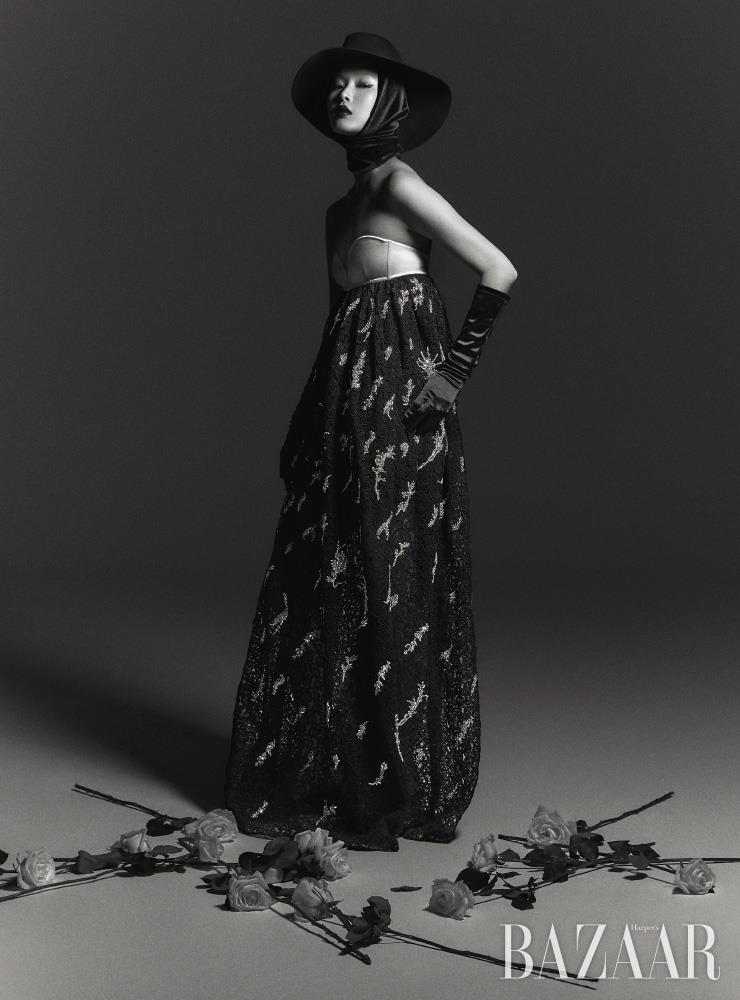 드레스는 Givenchy. 모자는 76만원 Valentino Garavani. 장갑은 에디터 소장품.