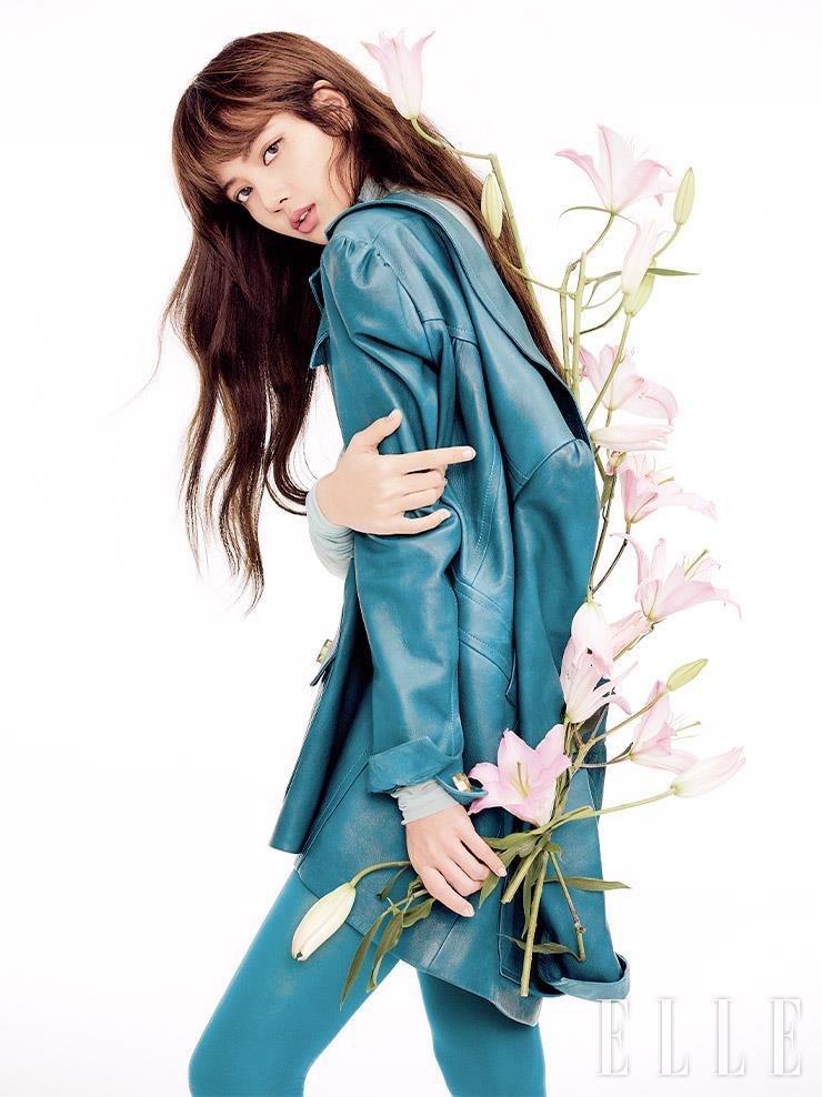 골드 버튼 장식의 그린 컬러 레더 재킷은 Prada.